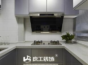 厨房的面积虽然不大, 但这种配套齐全的高品质厨房设备是注重居家饮食不可缺少的。,109平,12万,现代,三居,厨房,
