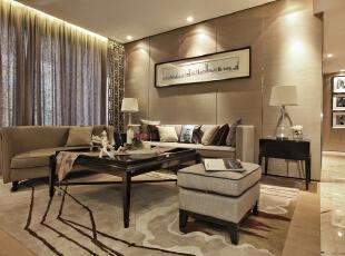 客厅空间的构图简洁干练,线条果断明朗,色彩上以深浅色调划分出空间层次,配饰上选择大量棉麻和布艺材质的配饰,给人宁静自然的舒适感。,180平,33万,中式,大户型,