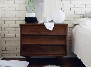 非常有特点的白色壁砖,与洁白的床上用品相照应。简简单单的搭配让整个卧室涌起一种宁静的感觉。