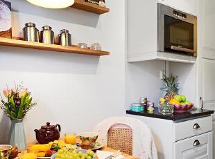 白色的厨房+餐厅主色,配上色彩鲜艳的水果以及饰品,对比非常的强烈,有视觉冲击感。