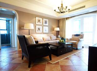 又是一个通透光亮的客厅,和案例的主题非常搭。
