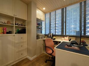 恒盛豪庭-欧式三居-135平简欧时尚大气阳光居 创意的书桌与收纳柜