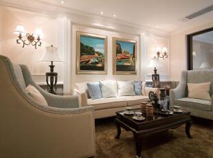 加以欧式奢华吊顶配饰,沙发背景墙的拱形门洞和罗马柱的运用.图片