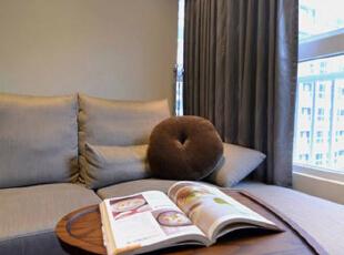 以客户需求为导向,活用系统家具和局部木工,掌握装修预算和质感的平衡,打造符合居住成员期待的简约空间。,白色,三居,现代,客厅,原木色,