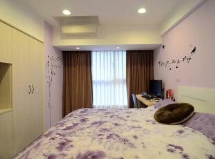 主卧房淡紫色系乳胶漆,点缀花草壁贴带动活泼个性,延续系统傢俱强调的机能,建立好使用又易於维护的居家空间。,现代,紫色,卧室,7万,99平,三居,