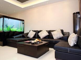 先从客厅开始看吧 这个是客厅的沙发,可丽爱鱼缸,定做1米7高的,作为隔断。,15万,135平,客厅,白色,三居,欧式,