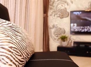 抱枕的纹理,有木有土豪金的感觉~~?^_^,135平,15万,欧式,三居,客厅,