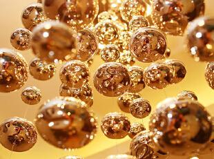 客厅和餐厅的球球灯,都是女主在网上选的,效果好漂亮啊,晚上就像繁星点点~~~~ 灯泡是由两层构成的,里面是一层磨砂的白色灯球,外面是一圈大点的透明玻璃球。,135平,15万,欧式,三居,