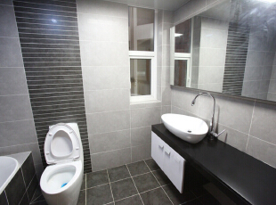 一面墙拉通的大镜子,镜子上下方使用内嵌式灯带,显得次卫特别宽敞。,135平,15万,欧式,三居,卫生间,白色,