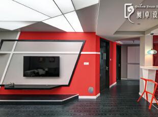 在电视墙的目光焦点处,用了灰色来舒缓我们的视线,而其余的面大胆运用红黑,一见钟情的红黑信仰,米兰永远辉煌。,110平,10万,现代,三居,客厅,红色,黑白,