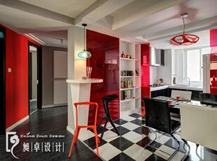 餐厅的墙体被拆除后,利用墙体做酒柜,增加了空间的实用性。而一旁的承重柱,同样可以利用起来做吧台,增加了空间的趣味性。,110平,10万,现代,三居,餐厅,红色,黑白,
