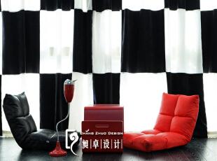 而窗帘也在我们巧心搭配下,做出与地面黑白格一样的效果,形成阳台一面背景。,110平,10万,现代,三居,阳台,红色,黑白,