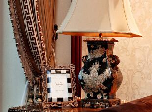 房间处处展现简欧与中式的完美融合,这客厅一角便是代表之一。铆钉边几上,镶嵌马赛克相框的铜质花蔓,蜿蜒台灯底座的拐子龙纹,刚柔并济,恰到好处。 视线上移,灯体上手绘纹样富丽沉静,以凤梨为题材凸出生活气息,金色的图案被装饰在墨色漆底之上,显得格外华丽典雅,贵气逼人。,130平,45万,欧式,两居,