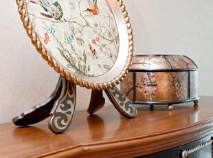 而托盘摆饰与漆盒上却描绘着传统中式意象,花鸟蹁跹,红梅点点,以细腻精湛的手绘呈现,典雅华贵。绳样花边纵横其间,鎏金镀银,光晕流转,表达了 设计师对细微处的关注。,130平,45万,欧式,两居,