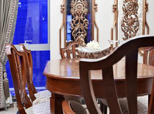 原木桌椅的深咖色奠定了大气稳重的基调,作为点缀色的茶绿、米白又巧妙破解了整体的单一。 镜面装饰的运用不仅丰富了墙面,且使餐厅整体空间立时延伸,一举两得。繁复华丽的花蔓绽放于镜面中央,重现巴洛克时期的富丽堂皇,明亮的视觉感受尤其符合年长者的色彩偏好。,130平,45万,欧式,两居,