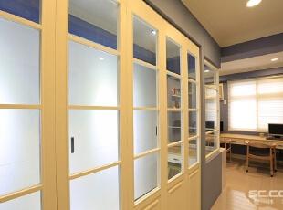 衣帽间设计:更衣室折叠门使用与一楼厨房相同的比例和样式,透过玻璃为图片