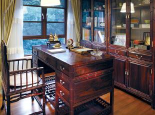 家具陈设讲究对称,重视文化意蕴;配饰擅用字画、古玩、卷轴、盆景,精致的工艺品加以点缀,更显主人的品位与尊贵