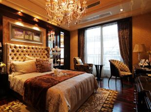 卧室:繁花似锦的壁纸,奢华的装饰镜,敦厚精美的床,都能带出古典欧式风格特有的质感。卧室的整体感觉端庄优雅,仿佛将人带入十八世纪保守意大利贵族的舞会中