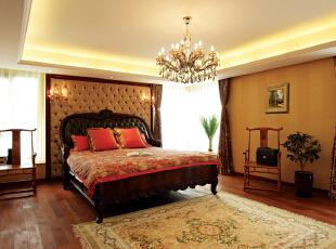 异木奇花<br>从正式进入整个房间开始,你说感受到的是粉色,还是粉色。<br>沿着气派的玄关,端庄的客厅……这间气质优雅的女儿房被一层淡淡的梦幻粉色包围,设计师运用了粉色作为贯穿女儿房的主要线索,粉色的小熊壁纸,粉色的公主床,粉色的地毯……而欧式的座椅、藤制的吊椅、圆圆的吊灯、扇子图案的窗帘星星点点的点亮整个房间,像一朵奇葩开在花丛中高贵芳香。