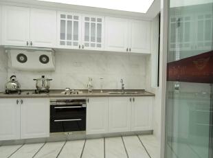 北京紫禁尚品国际装饰—厨房 主要以白色的简欧橱柜 在加上咖啡色的大理石台面 白色的瓷砖 空间上主要以白色为主,200平,42万,欧式,三居,白色,黑白,