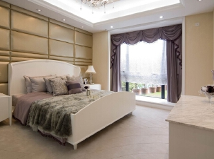 北京紫禁尚品国际装饰—卧室 卧室同样延续了客厅以白色为主调的设计风格, 白色简约的背景 墙,加上藕荷色的窗帘,明亮的空间,卧室变得充满阳光、安静、 舒适,可以让人有很好休息、睡眠。,200平,42万,欧式,三居,紫色,白色,卧室,黄色,