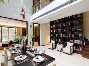 餐厅:独特造型的吊灯,衬托着整个餐厅的氛围,餐桌上的插花又使整体环境没那么沉闷,481平,30万,中式,别墅,