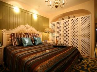 只有蓝白色调才称得上是地中海风格,蓝色的主人大床,实用美好的窗帘搭,柔和的色彩、浪漫的背景墙设计,简约大气的搭配,铁艺收纳架也是地中海风格中的一部分。卧室电视背景墙整个一体规划,很有整体空间感,278平,25万,地中海,四居,