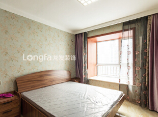 次卧室:次卧室为男孩房,整个墙面选用较灰绿的底色带花壁纸,即不会太女性,同时也体显了卧室的温馨。,136平,15万,欧式,三居,卧室,春色,