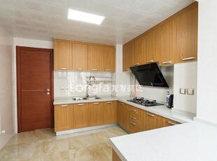 厨房:墙面做了拆除,重新做了吧台,闲暇时磨杯咖啡,榨个果汁,简单的吃个早餐喝杯牛奶---,136平,15万,欧式,三居,厨房,原木色,