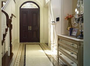 紫禁尚品国际装饰—玄关 玄关的形状是一个宽敞而悠长的长方形通道,周身以白色油漆粉饰,加上大门给予的良好采光,整个玄关十分明亮。玄关柜与玄关镜,是经典的欧式玄关配置,378平,67万,欧式,别墅,玄关,白色,黄色,黑白,原木色,