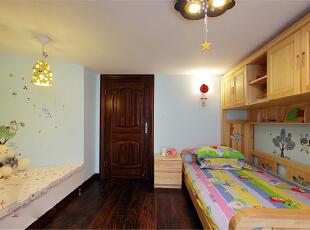 本案整体定义为美式跟新中式的混搭,透露着典雅舒适的乡村生活气息。在设计这所空间时,整体风格上选择了成熟的基调,沉着厚实,透出与居住者年龄相称的气质。客厅宽大而气派,典雅的实木宽纹暖色地面,精致的陈设,以及那些名贵内敛的金色石膏背景墙墙面和搭配的窗帘,都让人感觉到生活的温暖和亲切。上海聚通装潢最新设计,欢迎品鉴!,230平,62万,混搭,别墅,卧室,春色,