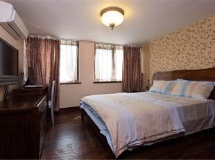 本案整体定义为美式跟新中式的混搭,透露着典雅舒适的乡村生活气息。在设计这所空间时,整体风格上选择了成熟的基调,沉着厚实,透出与居住者年龄相称的气质。客厅宽大而气派,典雅的实木宽纹暖色地面,精致的陈设,以及那些名贵内敛的金色石膏背景墙墙面和搭配的窗帘,都让人感觉到生活的温暖和亲切。上海聚通装潢最新设计,欢迎品鉴!,230平,62万,混搭,别墅,卧室,原木色,