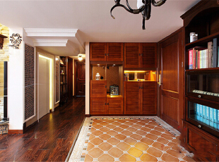 本案整体定义为美式跟新中式的混搭,透露着典雅舒适的乡村生活气息。在设计这所空间时,整体风格上选择了成熟的基调,沉着厚实,透出与居住者年龄相称的气质。客厅宽大而气派,典雅的实木宽纹暖色地面,精致的陈设,以及那些名贵内敛的金色石膏背景墙墙面和搭配的窗帘,都让人感觉到生活的温暖和亲切。上海聚通装潢最新设计,欢迎品鉴!,230平,62万,混搭,别墅,玄关,原木色,