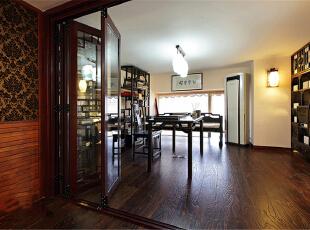 本案整体定义为美式跟新中式的混搭,透露着典雅舒适的乡村生活气息。在设计这所空间时,整体风格上选择了成熟的基调,沉着厚实,透出与居住者年龄相称的气质。客厅宽大而气派,典雅的实木宽纹暖色地面,精致的陈设,以及那些名贵内敛的金色石膏背景墙墙面和搭配的窗帘,都让人感觉到生活的温暖和亲切。上海聚通装潢最新设计,欢迎品鉴!,230平,62万,混搭,别墅,书房,原木色,