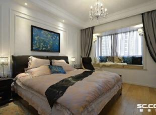 """卧室设计: 以自然色调为主,大面土褐色兼有绿色相衬;纯纸浆质地深咖啡复古花纹壁纸,仿旧漆,式样厚重的复古家具,别致的暗藏鞋柜,复古油画相衬。摒弃了繁琐和奢华,并将不同风格中的优秀元素汇集融合,以舒适机能为导向,强调""""回归自然"""",使居家变得更加轻松、舒适。,110平,15万,美式,两居,"""