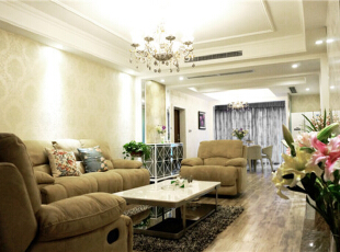 在客厅里,美式风格里亚麻色的沙发配上蓝色的碎花抱枕,依稀的绿色植物点缀,,190平,80万,美式,四居,客厅,