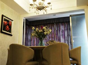 简洁明快的双层石膏线吊顶,配上欧式铁艺吊灯。在墙面的黄色调墙纸映衬下,烘托出温馨的就餐场景。,190.0平,40.0万,美式,四居,餐厅,