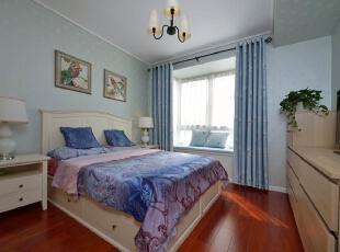 卧室设计: 美之所以存在,是源自对精致细节的苛求。蓝色的田园花纹,梦幻的窗帘,都让小家有了一番甜蜜感,心情也会跟着舒畅,140平,15万,简约,四居,