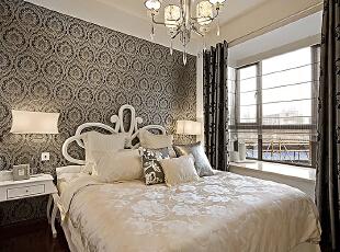 设计理念:卧室追求的是功能与形式的完美统一、优雅独特、简洁明快。庄重典雅而不乏轻松浪漫的感觉。 亮点:床头背景选用银色的壁纸,搭配银灰色窗帘使局促的卧室空间变的宽敞明亮。简单的水晶吊灯,和造型台灯使看似简单的卧室,变的韵味无穷。,90平,12万,欧式,两居,卧室,