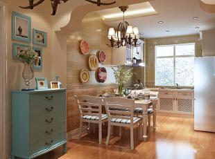 面砖采用的颜色,跟橱柜的巧妙的搭配,配上顶上的灯光,既增加了空间的时尚感,又营造了温馨脱俗的气息。没有夸张,不显浮华,通过干净的设计手法,将主人的工作空间巧妙地融入到生活空间中。这样不仅节约空间,而且使室内布置清爽、有序、富有时代感。,88平,7万,地中海,两居,厨房,白色,