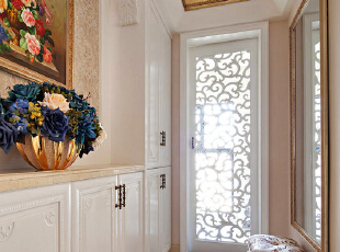 静沐暖日。阳光穿过雕花镂空的门厅跳了进来,毫不吝啬的铺满了整室的宁静,利用自然光既环保节能又美观。,220平,100万,欧式,复式,