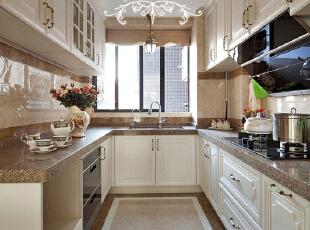 典型的U型厨房,光亮整洁。每天柴米油盐酱醋茶的生活,变得趣味十足。,220平,100万,欧式,复式,