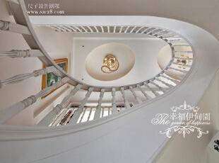 楼梯弧形设计来源令人心情愉悦的音乐。音符的跳跃体现韵律之美,顶部的吊顶灯饰与之相呼应,色彩斑斓的油画让韵味越来越生动。,220平,100万,欧式,复式,