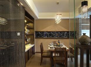 餐厅:独特造型的吊灯,衬托着整个餐厅的氛围,餐桌上的插花又使整体环境没那么沉闷,186平,15万,中式,四居,餐厅,原木色,