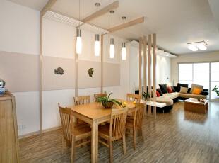 浅色木纹的修饰让空间有着和谐之美,弧形墙面造型配上灰白得布艺沙发,在客厅空间成为一道风景线。,120平,14万,简约,两居,餐厅,原木色,