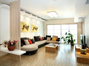 木格栅造型将客厅和餐厅分隔出两个区域,既融合又可以相对独立。,120平,14万,简约,两居,客厅,原木色,白色,