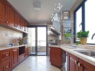 厨房油烟机处的不锈钢墙面是一大设计亮点,防油烟,易清洗。而且整个厨房光洁敞亮,让每天的柴米油盐,变得更富生活情调。,160平,60万,美式,三居,厨房,原木色,