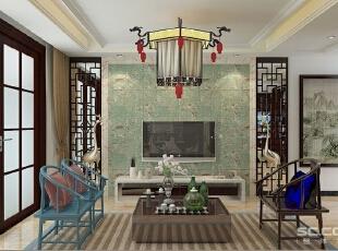 客厅色彩很丰富却不显得眼花缭乱,舒适的金黄色刺绣沙发,前面是深色与亮蓝色的古典太师椅,浅咖色卡布奇诺的石材地面,铺设一条深色中式回纹型地毯,行云流水般的色彩搭配,视觉强烈的色彩对比,冲击着你的每一个神经,让整体空间既不凌乱更富有层次感。,170平,16万,新古典,三居,