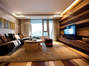 紫禁尚品国际装饰——客厅 主要以时尚为主 黑白色的沙发搭配 在加上地面用深浅的条纹来使得空间拉伸,视觉上更加的宽阔,140平,33万,简约,跃层,客厅,黄色,黑白,红色,春色,