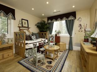 床头的开窗给卧室带来更多采光条件,用镂空雕花板作为隔离,不至于隔绝光线,同时兼顾私密性,阳光照射下也形成美妙的田园景色。,330平,25万,田园,四居,客厅,春色,